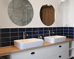 Dom w Legionowie - Mała biała niebieska łazienka na poddaszu w bloku w domu jednorodzinnym bez okna, styl eklektyczny - zdjęcie od Schemat