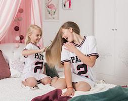Meble dla dzieci - Mały biały pokój dziecka dla dziewczynki dla malucha dla nastolatka, styl eklektyczny - zdjęcie od Galeria Wnętrz Domar
