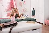pokój nastolatki, łóżko z baldachimem w pokoju nastolatki, różowy baldachim