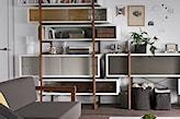drewniana podłoga, siwa sofa, biały dywanik