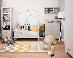 Meble dla dzieci - Mały szary pokój dziecka dla chłopca dla dziewczynki dla niemowlaka dla malucha, styl skandynawski - zdjęcie od Galeria Wnętrz Domar