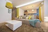 lampa podłogowa z żółtym abażurem, biały stolik kawowy, niebieski koc, żółte zasłony, bezowy dywan z długim włosiem