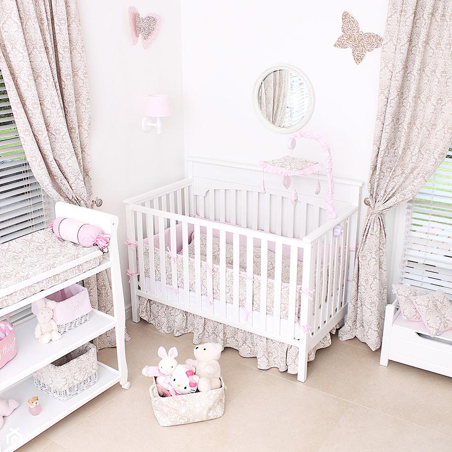 Pokój dla dziewczynki - Mały różowy pokój dziecka dla dziewczynki dla niemowlaka, styl tradycyjny - zdjęcie od Roomee Decor