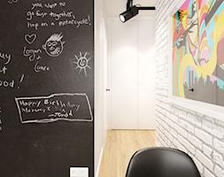 PORTFOLIO - Średni biały czarny hol / przedpokój, styl industrialny - zdjęcie od PEKA STUDIO