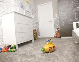 PORTFOLIO - Średni biały szary czarny pokój dziecka dla chłopca dla dziewczynki dla malucha, styl klasyczny - zdjęcie od PEKA STUDIO