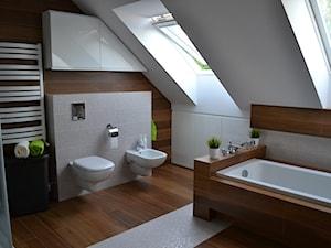 Średnia biała beżowa brązowa łazienka na poddaszu w domu jednorodzinnym z oknem, styl nowoczesny - zdjęcie od HSHmg
