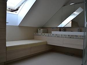 łazienka E - Średnia biała łazienka na poddaszu jako salon kąpielowy z oknem, styl nowoczesny - zdjęcie od HSHmg