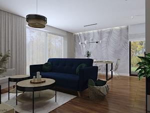 Salon z granatową sofą (Dom w Malinówkach)