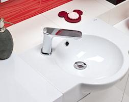 Łazienka - Mała biała czerwona łazienka na poddaszu w bloku w domu jednorodzinnym bez okna - zdjęcie od Castorama