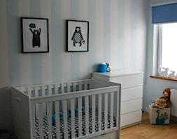 Nasze poddasze - Średni biały pastelowy niebieski pokój dziecka dla chłopca dla niemowlaka, styl skandynawski - zdjęcie od Natalia Wutrych