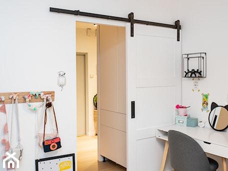Drzwi przesuwne Angel w pokoju dziecięcym - Mały biały pokój dziecka dla dziewczynki dla ucznia dla nastolatka, styl nowoczesny - zdjęcie od Drzwi Przesuwne i Systemy Przesuwne RENO