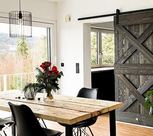 Barn doors, czyli drzwi jak ze stodoły – czy taka estetyka sprawdzi się tylko we wnętrzach rustykalnych?