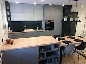 szara kuchnia w mieszkaniu - Średnia otwarta biała czarna kuchnia dwurzędowa w aneksie z oknem - zdjęcie od jussana83