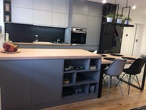 szara kuchnia w mieszkaniu - Średnia zamknięta czarna kuchnia dwurzędowa z oknem - zdjęcie od jussana83