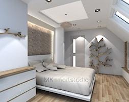 Sypialnia w stylu skandynawskim - Duża biała sypialnia małżeńska na poddaszu, styl skandynawski - zdjęcie od MKsmartstudio