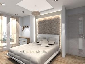 Sypialnia w stylu skandynawskim - Duża kolorowa sypialnia dla gości z balkonem / tarasem, styl skandynawski - zdjęcie od MKsmartstudio