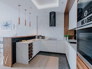 NOWOJORSKI KLIMAT - Średnia otwarta biała czarna kuchnia w kształcie litery u w aneksie, styl nowoczesny - zdjęcie od AAW studio
