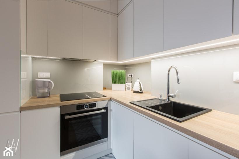 Trójkąty i tramwaje - Średnia zamknięta szara kuchnia w kształcie litery l, styl nowoczesny - zdjęcie od AAW studio - Homebook