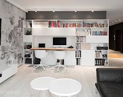 Apartament w Krakowie 2 - Duże szare białe biuro domowe kącik do pracy w pokoju, styl minimalistyczny - zdjęcie od MINIMOO Architektura Wnętrz