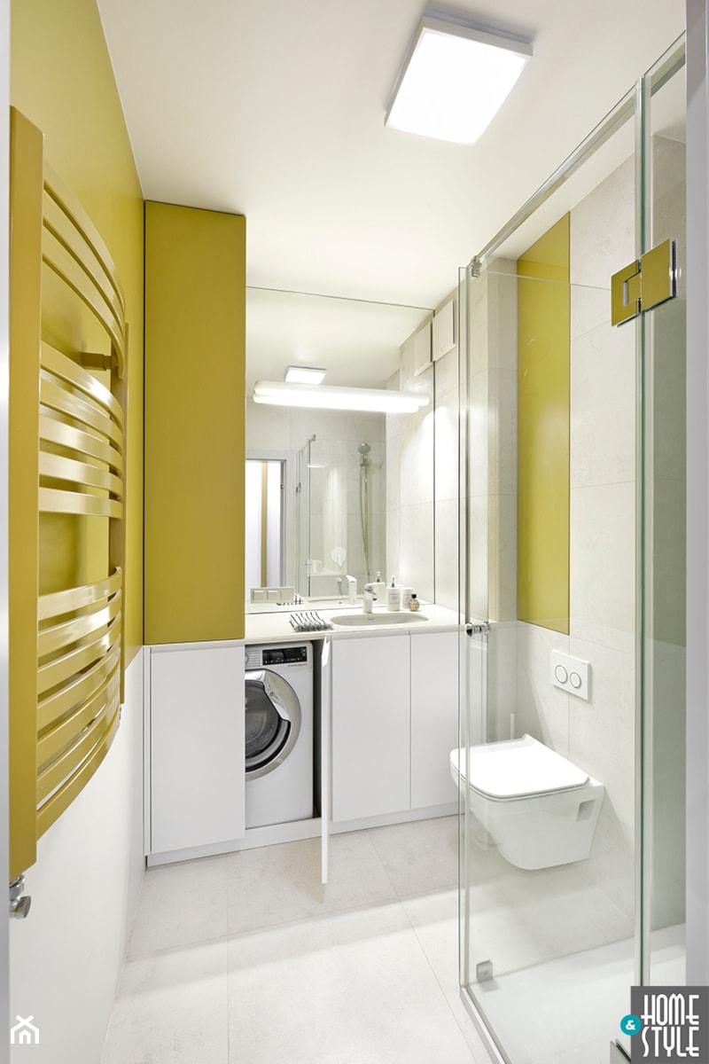 REALIZACJA apartamentu hotelowego pod wynajem - Mała biała żółta łazienka bez okna, styl nowoczesny - zdjęcie od HOME & STYLE Katarzyna Rohde