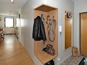 REALIZACJA mieszkania z czarnym jeleniem - Mały szary hol / przedpokój, styl nowoczesny - zdjęcie od HOME & STYLE Katarzyna Rohde