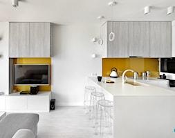 REALIZACJA mieszkania z lustrami - Średnia otwarta żółta kuchnia w kształcie litery u w aneksie z wyspą, styl nowoczesny - zdjęcie od HOME & STYLE Katarzyna Rohde