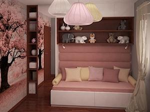 Pokój dziewczynki z zaczarowanym różowym drzewem - Średni pastelowy różowy kolorowy pokój dziecka dla dziewczynki dla malucha, styl nowoczesny - zdjęcie od HOME & STYLE Katarzyna Rohde