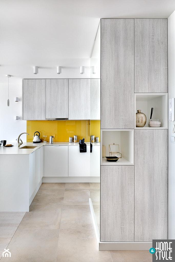 Aranżacje wnętrz - Kuchnia: REALIZACJA mieszkania z lustrami - Mała otwarta biała żółta kuchnia w kształcie litery l w aneksie, styl nowoczesny - HOME & STYLE Katarzyna Rohde. Przeglądaj, dodawaj i zapisuj najlepsze zdjęcia, pomysły i inspiracje designerskie. W bazie mamy już prawie milion fotografii!