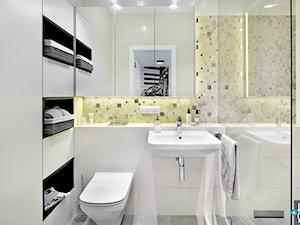 REALIZACJA mieszkania w stonowanych kolorach z żółtym dodatkiem - Mała beżowa żółta łazienka w bloku bez okna, styl nowoczesny - zdjęcie od HOME & STYLE Katarzyna Rohde