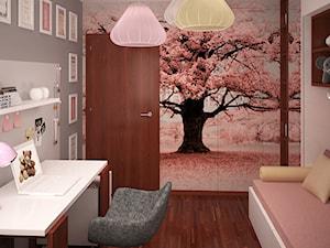Pokój dziewczynki z zaczarowanym różowym drzewem