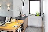duży stół do małej kuchni otwartej na salon