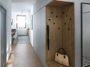 Szarość ocieplona drewnem - Średni biały hol / przedpokój - zdjęcie od HOME & STYLE Katarzyna Rohde