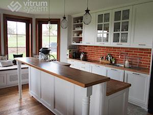 aranżacja domu - Duża zamknięta biała czerwona kuchnia dwurzędowa w aneksie z wyspą z oknem, styl włoski - zdjęcie od Vitrum System