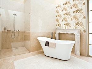 inspiration-inspiro - Średnia beżowa łazienka w domu jednorodzinnym jako salon kąpielowy z oknem, styl klasyczny - zdjęcie od Ceramika Paradyż