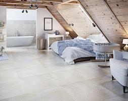 Adana - Średnia duża biała sypialnia małżeńska na poddaszu z łazienką, styl skandynawski - zdjęcie od Ceramika Paradyż