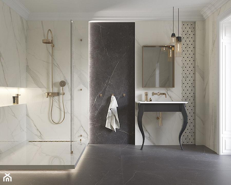 Calacatta - Średnia czarna szara łazienka w bloku w domu jednorodzinnym z oknem, styl glamour - zdjęcie od Ceramika Paradyż
