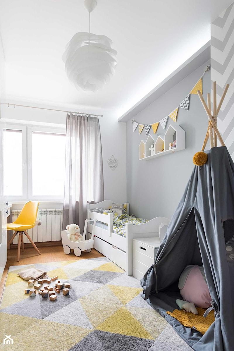 room for boy or girl? - Średni biały szary pokój dziecka dla chłopca dla dziewczynki dla ucznia dla malucha, styl skandynawski - zdjęcie od WNĘTRZOMANIA