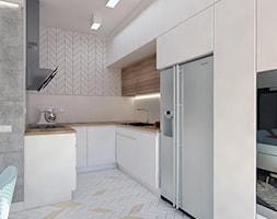 DOM W LESIE - Mała otwarta biała szara kuchnia w kształcie litery u, styl skandynawski - zdjęcie od WNĘTRZOMANIA