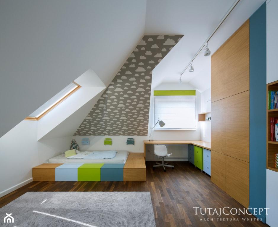 Realizacja I - Duży biały szary pokój dziecka dla chłopca dla malucha, styl nowoczesny - zdjęcie od TutajConcept - Homebook