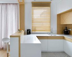 Wilanów - 100m2 REALIZACJA - Mała otwarta wąska biała kuchnia w kształcie litery u w aneksie z wyspą z oknem, styl skandynawski - zdjęcie od TutajConcept