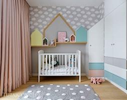 Wilanów - 100m2 REALIZACJA - Mały szary pokój dziecka dla chłopca dla dziewczynki dla niemowlaka, styl skandynawski - zdjęcie od TutajConcept