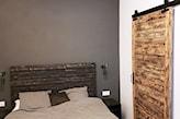 drzwi drewniane na prowadnicy