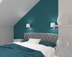 Dom jednorodzinny na Rataja - Mała biała niebieska sypialnia małżeńska na poddaszu, styl skandynawski - zdjęcie od Design Factory Studio Projektowe