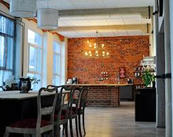 RODZINNY LOFT - Duża otwarta biała brązowa jadalnia jako osobne pomieszczenie, styl industrialny - zdjęcie od Design Factory Studio Projektowe
