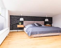Poddasze w Kamienicy - Duża biała czarna sypialnia małżeńska na poddaszu, styl skandynawski - zdjęcie od Design Factory Studio Projektowe