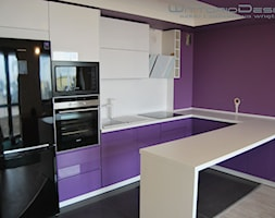 Meble - wnętrza - Mała otwarta biała fioletowa kuchnia w kształcie litery l w aneksie z wyspą - zdjęcie od Glasimo OPOLE