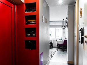 Klimatyczne mieszkanie na Starówce - Średni szary czerwony hol / przedpokój, styl eklektyczny - zdjęcie od Gzowska&Ossowska Pracownie Projektowania Wnętrz
