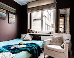 Klimatyczne mieszkanie na Starówce - Mała brązowa sypialnia małżeńska, styl eklektyczny - zdjęcie od Gzowska&Ossowska Pracownie Projektowania Wnętrz