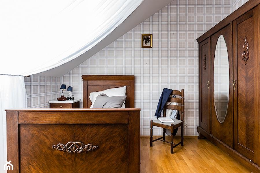 Aranżacje wnętrz - Sypialnia: Apartament na poddaszu - Mała sypialnia dla gości na poddaszu, styl eklektyczny - Gzowska&Ossowska Pracownie Projektowania Wnętrz. Przeglądaj, dodawaj i zapisuj najlepsze zdjęcia, pomysły i inspiracje designerskie. W bazie mamy już prawie milion fotografii!