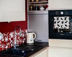 Klimatyczne mieszkanie na Starówce - Mała zamknięta czerwona kuchnia w kształcie litery l, styl eklektyczny - zdjęcie od Gzowska&Ossowska Pracownie Projektowania Wnętrz